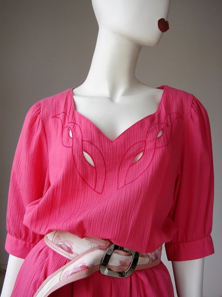 Rochie vintage anii 80 panza topita roz aprins broderie sparta midi buzunare maneca scurta