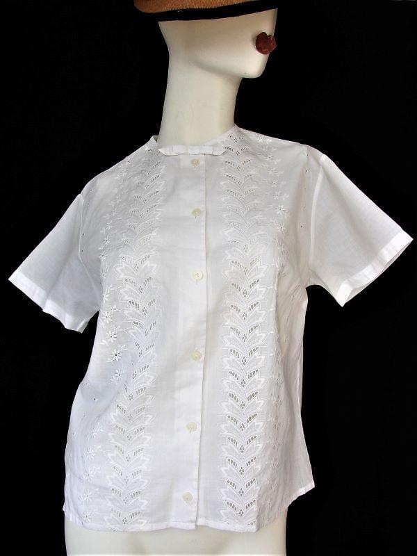 Camasa dama alba batist de bumbac subtire maneca scurta broderie fundita la baza gatului vintage anii 50