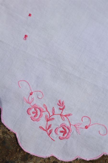 Decoratiune alba bumbac broderie handmade roz vintage