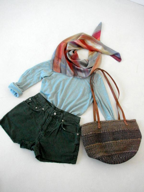 stil-lejer-casual-boho-hippie-accesorii-vintage-esarfa-matase-geanta-rafie-pantaloni-scurti-kaki